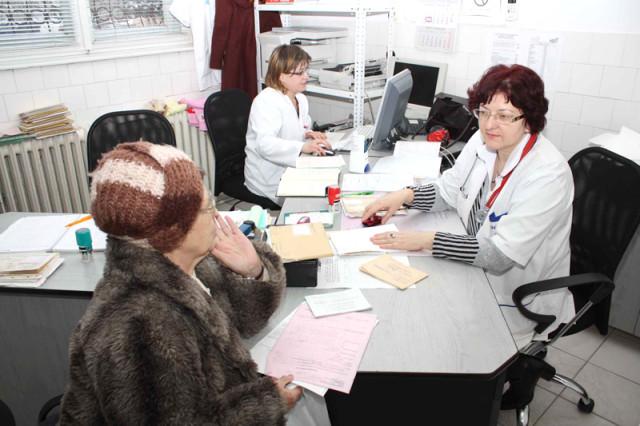 Pacienți tratați de medici mai bine plătiți, cu medicamente aduse de acasă