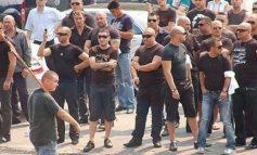 Imagini incredibile cu doi interlopi din gruparea Sportivilorînjunghiaţi în faţa poliţiştilor